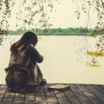 Mujer en el Lago Pensando